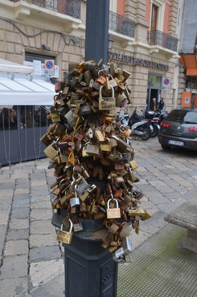 Lecce lamppost locks